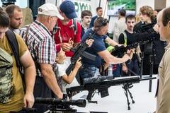 Testes de armas modernas e de armamentos em mil. internacional fotografia de stock royalty free