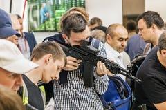 testes de armas modernas e de armamentos no MI internacional fotografia de stock