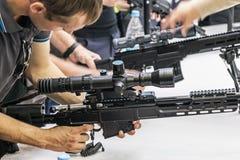 testes de armas modernas e de armamentos no MI internacional foto de stock royalty free