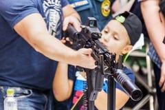 testes de armas modernas e de armamentos no MI internacional imagem de stock