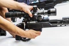 testes de armas modernas e de armamentos no MI internacional imagens de stock royalty free
