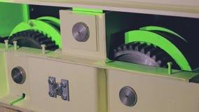 Testes de um sistema de caminhão verde brandnew do guindaste da carga vídeos de arquivo