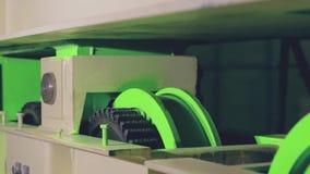 Testes de um sistema de caminhão verde brandnew do guindaste da carga filme