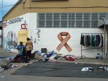 Testes do VIH e dinheiro do levantamento para a conscientização do SIDA fotos de stock