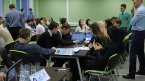 Testes finais na universidade Ruptura dos estudantes antes do exame São preparados e apresentações e cartas da vista sobre video estoque