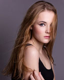 Testes modelo de tiro de uma menina bonita nova Levantamento modelo profissional no estúdio em um fundo preto Imagem de Stock Royalty Free