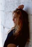 Testes modelo Menina bonita do ruivo com cabelo encaracolado Cor natural Demonstra a flexibilidade para a ioga, ginástica aeróbic Foto de Stock Royalty Free