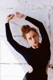 Testes modelo Menina bonita do ruivo com cabelo encaracolado Cor natural Demonstra a flexibilidade para a ioga, ginástica aeróbic Fotos de Stock Royalty Free