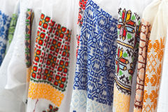 Testes padrões étnicos nas camisas brancas Fotos de Stock