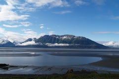 Testes padrões; baixa maré e contexto das montanhas. foto de stock