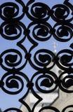 Testes padrões bonitos da cerca do metal Veja a igreja, Livadia crimeia Fotos de Stock