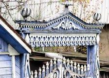 Testes padrões cinzelados de madeira em portas com punhos grandes, construção velha, arquitetura imagem de stock