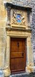 Testes padrões clássicos coloridos na porta de madeira do castelo na cidade velha Neuchatel, Suíça, Europa Fotos de Stock