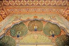 Testes padrões com os pavões nas paredes pintadas bonitas, Índia Fotos de Stock Royalty Free