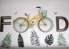Testes padrões da folha escritos ao redor na parede com bicicleta imagens de stock