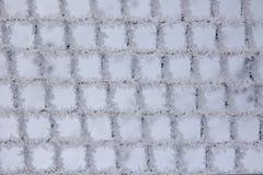 Testes padrões da geada natural e dos flocos de neve em uma grade do metal mim Imagem de Stock