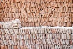 Testes padrões das pilhas de telhas de telhado da argila para a textura ou o fundo fotografia de stock royalty free