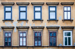 Testes padrões de janelas azuis em Viena, Áustria fotografia de stock