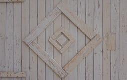Testes padrões decorativos em uma cerca de madeira branca Foto de Stock