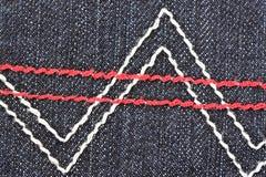 Testes padrões do fio na parte de trás das calças de brim pretas. foto de stock