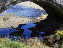 Testes padrões e seixos abaixo da ponte arqueada fotos de stock royalty free