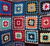 Testes padrões geométricos da flor tradicional na tampa de cama Fotografia de Stock Royalty Free