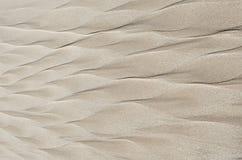 Testes padrões geométricos na areia da praia sob a forma de uma pena Fotos de Stock