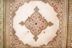 Testes padrões geométricos no teto de uma construção velha no estilo indiano Fotos de Stock Royalty Free