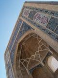 Testes padrões islâmicos em um arco Imagens de Stock