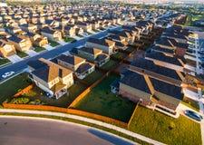 Testes padrões modernos da paisagem do verão das curvas do baixo ângulo de casas suburbanas do por do sol da arquitetura ao norte Fotografia de Stock