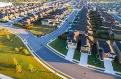 Testes padrões modernos da paisagem do verão das curvas do baixo ângulo de casas suburbanas do por do sol da arquitetura ao norte Imagens de Stock