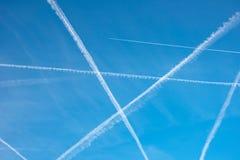 Testes padrões no céu dos traços de um avião sob a forma do ge Imagem de Stock