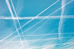 Testes padrões no céu dos traços de um avião sob a forma do ge Fotos de Stock Royalty Free
