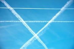 Testes padrões no céu dos traços de um avião sob a forma do ge Fotografia de Stock Royalty Free