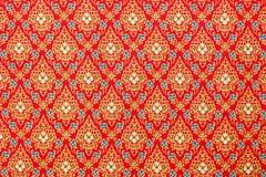 Testes padrões tailandeses no vermelho e ouro na tela de seda Imagens de Stock Royalty Free