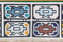Testes padrões tradicionais de Ndebele do africano na parede Fotos de Stock Royalty Free