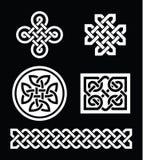 Testes padrões de nós celtas no fundo preto - vetor Fotos de Stock Royalty Free