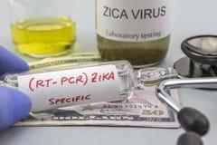 Testes para a pesquisa do teste e dos tubos de ensaio de ZIKA sobre bilhetes do dólar Fotos de Stock Royalty Free