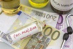 Testes para a pesquisa do teste e dos tubos de ensaio de ZIKA sobre bilhetes do euro Fotos de Stock Royalty Free