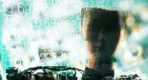 Testes principais do robô, dígitos e fundo defocused da tecnologia foto de stock