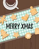 Testo allegro di natale con i biscotti tradizionali di vacanze invernali fotografia stock libera da diritti