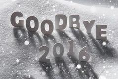Testo arrivederci 2016 con le lettere bianche in neve, fiocchi di neve Fotografie Stock Libere da Diritti