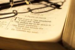 Testo biblico con i vetri Immagine Stock