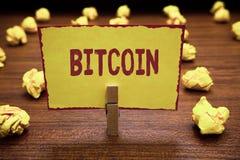 Testo Bitcoin di scrittura di parola Concetto di affari per l'urlo simbolico commerciabile della tenuta della molletta da bucato  immagine stock libera da diritti