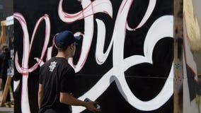 Testo dei graffiti del disegno del giovane stock footage