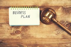 Testo del business plan sul blocco note con il giudice fotografie stock