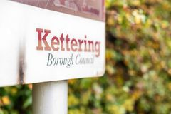 Testo del consiglio di città di Kettering a bordo del supporto in Inghilterra Regno Unito fotografia stock