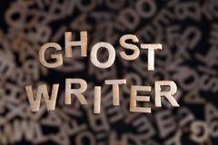 Testo del Ghostwriter nelle lettere di legno fotografie stock