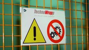 Testo del segnale di pericolo con le lettere dipinte nere su fondo giallo Il concetto per non entra nell'area, cautela, il perico video d archivio