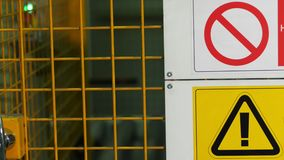 Testo del segnale di pericolo con le lettere dipinte nere su fondo giallo Il concetto per non entra nell'area, cautela, il perico stock footage